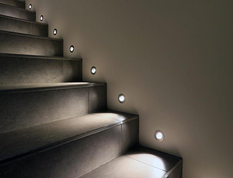 Oświetlenie klatki schodowej – jak oświetlić klatkę schodową